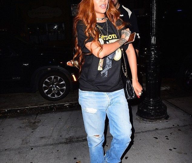 Rihanna in boyfriend jeans. celebrity style. stylish Boyfriend jeans