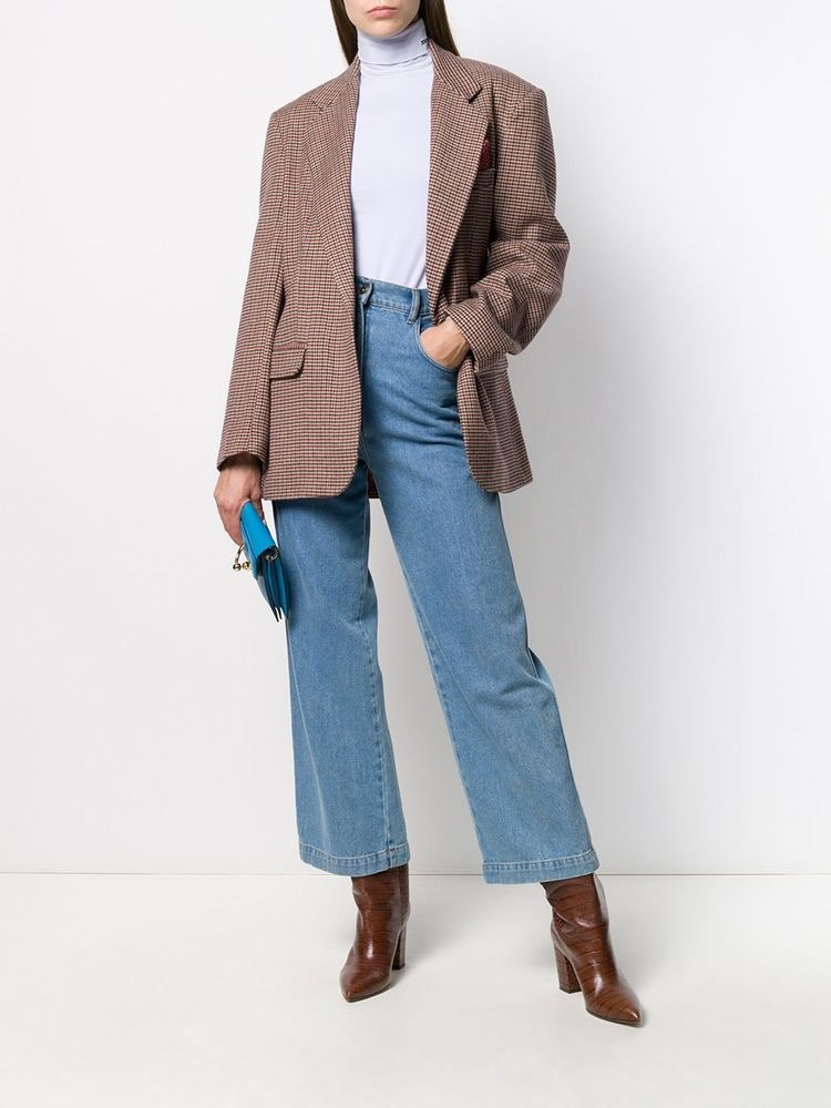 Brown clothing pieces are mainly attributed to the street style fashion scene, which is the preferred style of fashion right now in our society. I love the color when it comes to different clothes and even sneakers. You can make a fit look comfortable and super swaggy.